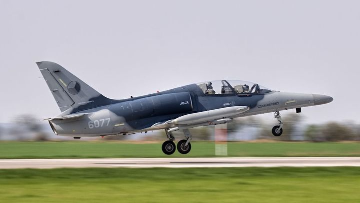 Armádnímu letounu odpadl při cvičném letu kryt kabiny, piloti zvládli přistát