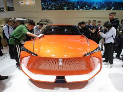 Foto: Autosalon v Pekingu ovládly futuristické koncepty neznámých jmen. Září všemi barvami