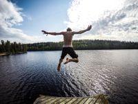 Kvůli sinicím rychle přibývá zákazů koupání. Platí na Brněnské přehradě nebo jezeře Chmelař