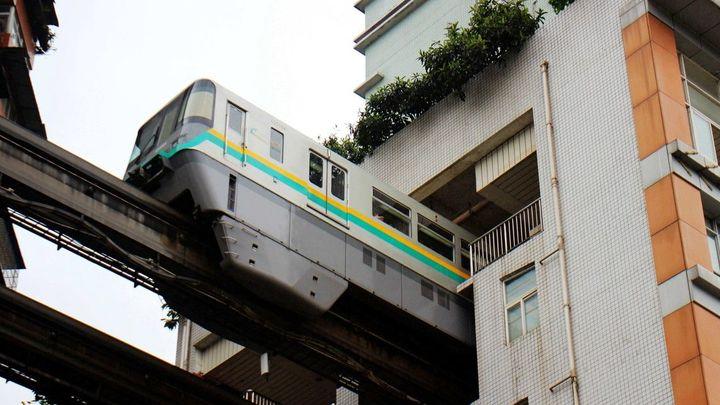 Když není místo pro železnici, musí vlak projíždět obytným domem. I tak se bydlí v Číně