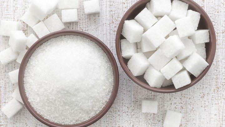 Cukr ve světě zlevnil o polovinu. Proč to nepoznáte v Česku?