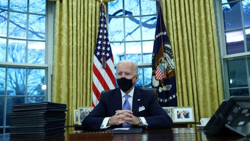 Prezident Joe Biden v Oválné pracovně Bílého domu.