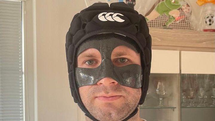 Kevlarová maska a helma jako od Petra Čecha. S bolestí umím žít, vzkazuje Kolář