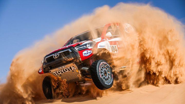 Boj s dunami, kamením i o holý život. To byla první polovina Rallye Dakar