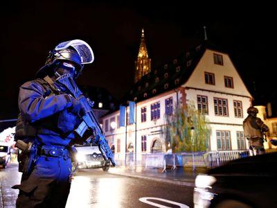Živě: Stovky policistů pátrají po střelci ze Štrasburku. Ten už možná ujel do Německa