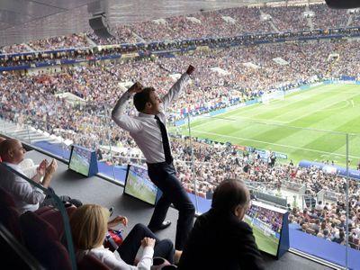 """Dechberoucí boj o zlato: Macron na stole, Pussy Riot na hřišti, bouřící Paříž či """"Chorvat"""" Putin"""