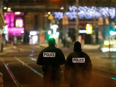 Střelba u vánočního trhu ve Štrasburku: Jeden mrtvý, útočník je stále na útěku