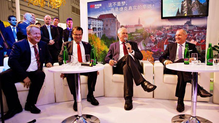 Konec víz pro Číňany a Bank of China v Česku, plánuje Zeman