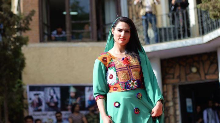 V Kábulu se konala první afghánská módní přehlídka. Představila tradiční oděvy pro ženy i muže