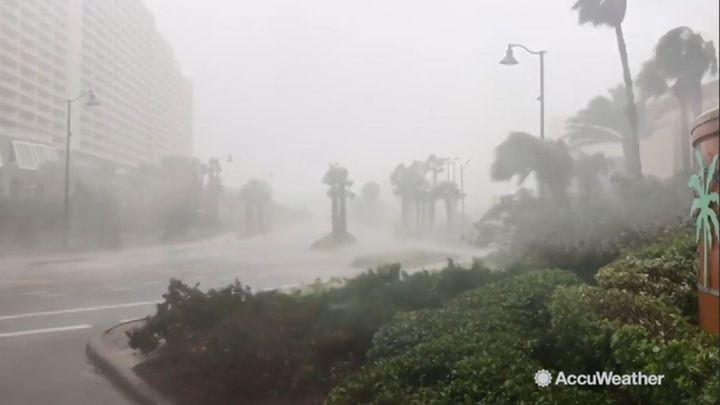 Hurikán Michael dorazil k Floridě. Vichr s deštěm bičuje pobřeží
