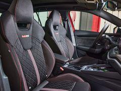 Sportovní sedadla Octavie RS mohou být na přání čalouněná kombinací alcantary a kůže.