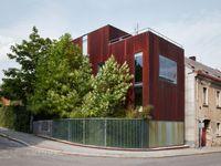 Ikonický Plecháč, dům s rezavou fasádou, má nový interiér. Beton zjemnilo dřevo nebo závěsy