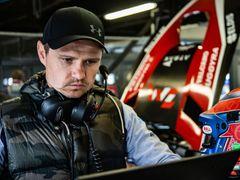 Jarek Janiš při ladění Mercedesu GT3 týmu Buggyra (2020)