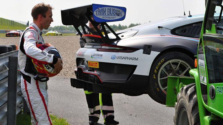 Šampionu z Le Mans zbyly v Mostě jen oči pro pláč a Porsche s vyvráceným kolem