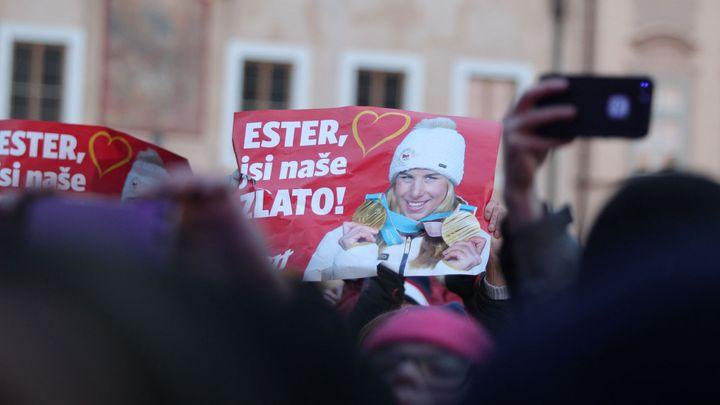 Ester, jsi naše zlato. Fanoušky mráz nezlomil, na Staromáku vítaly Ledeckou a Sáblíkovou tisíce lidí
