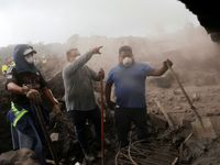 Foto: Zoufalé pátrání po příbuzných. Výbuch sopky pohřbil přes sto lidí, místní hledají jen ostatky