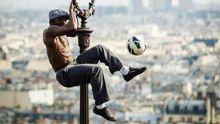 Žonglér, co strčí do kapsy i Ronalda i medvěd pískající na vuvuzelu. Tak žije svět fotbalovým MS