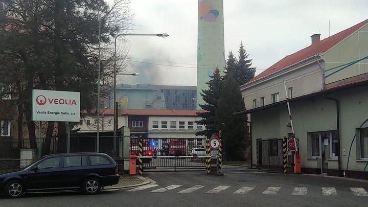 V elektrárně v Kolíně po výbuchu hoří, plameny se šíří na střechu. Nikdo se nezranil