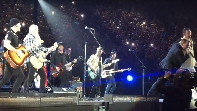 U2 - Eagles of Death Metal - People Have The Power v pařížské Bercy Areně