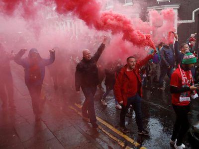 Video: Opasky i kladivo jako zbraň. Po bitkách ultras je fanoušek Liverpoolu v kritickém stavu