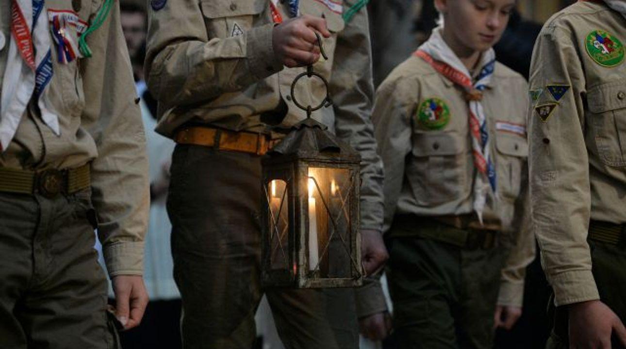 Betlémské světlo dorazilo do katedrály svatého Víta, plamínek z Lince dovezli skauti
