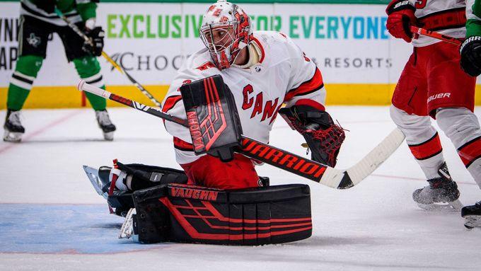 Mrázek proti Rangers zářil a posunul Carolinu k postupu v kvalifikaci play off NHL