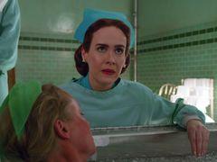 Sarah Paulsonová jako sestra Mildred Ratchedová.