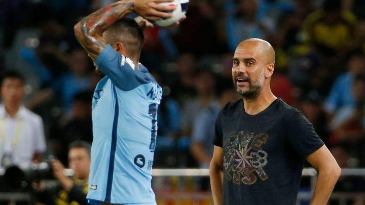 """Borussia po Mourinhovi na Guardiolu nevyzrála. Fábregas viděl v """"nepřátelském utkání"""" červenou"""