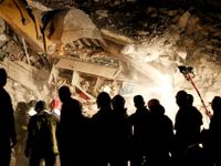 Mrtvých po italském zemětřesení je nejméně 247. V noci našli záchranáří živou dívku v troskách domu