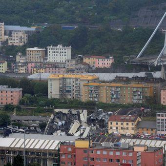 """Foto: Říkali mu """"nemocný most"""". V Janově se zřítilo 100 metrů dálnice, nejspíš kvůli sesuvu půdy"""