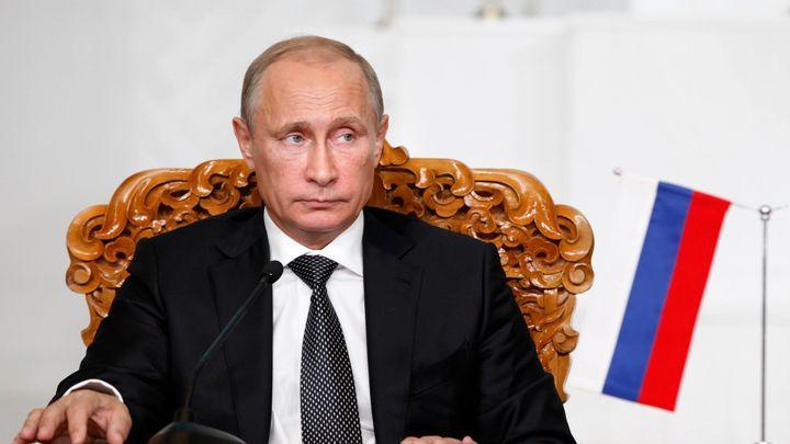 Pád rublu vyvolal paniku, média spekulují o pádu vlády