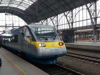 Porucha napájení paralyzovala pražskou železnici. Vlaky nabraly hodinová zpoždění
