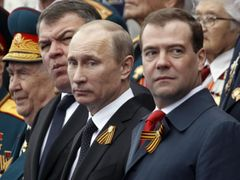 Russian President Vladimir Putin (C), Prime Minister Dmitry Medvedev (R) and acting Defence Minister Anatoly Serdyukov (2nd L) watch the Victory Parade on Moscow's Red Square May 9, 2012. Russia celebrates the 67th anniversary of the victory over Nazi Germany on Wednesday. REUTERS/Sergei Karpukhin (RUSSIA - Tags: POLITICS ANNIVERSARY MILITARY) Published: Kvě. 9, 2012, 7:57 dop.