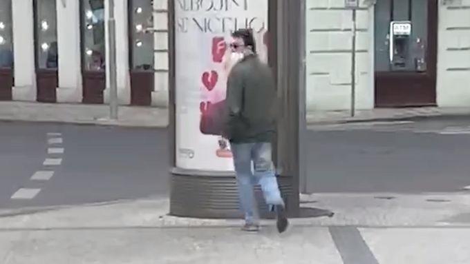 V pražských ulicích se pohybuje od konce loňského roku muž, který v Praze 1 a 5 v několika případech obtěžoval kolemjdoucí ženy.