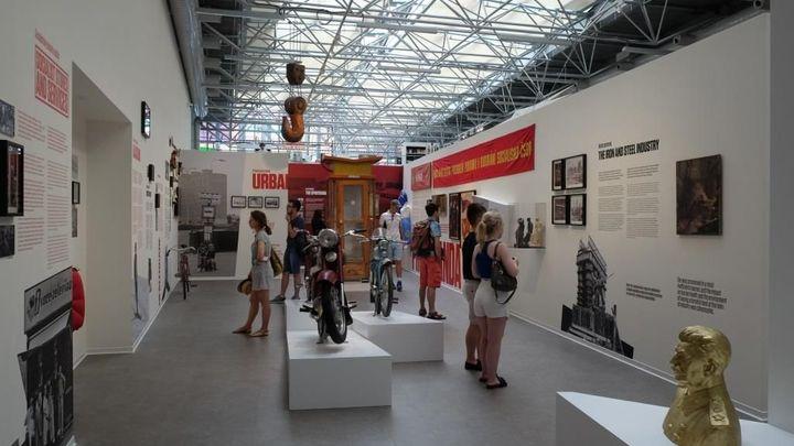 Obrazem: Nové Muzeum komunismu připomene, jak vypadala dílna úderníka nebo co se dělo během výslechů