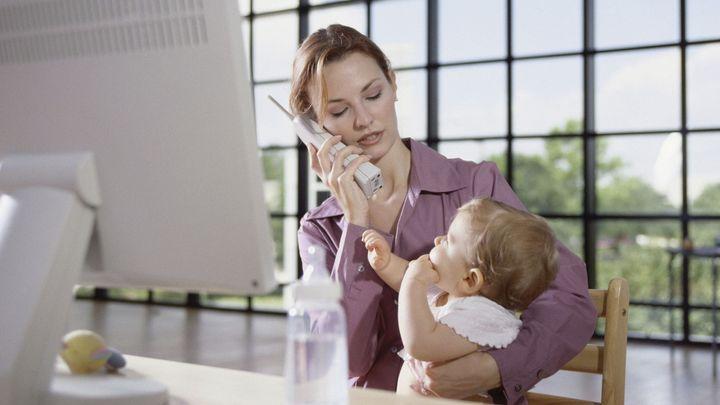 Samoživitelky po mateřské končí na nižší pozici a naráží na předsudky, ukázal průzkum