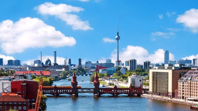 4abee5a1c049 Berlín s pohledem na most Oberbaumbrücke a televizní věž.
