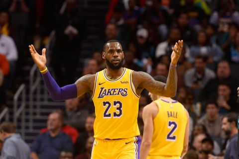 James i Ball dosáhli při výhře Lakers na triple double
