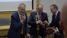 Zeman dostal v Olomouci předčasně dárek k narozeninám. Hruštičku v lahvi