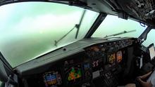 A letadla mají stěrače? Pohled do kokpitu Boeingu 737 při bouřce