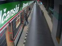 Muž se pokusil znásilnit dívku přímo ve vagonu metra. Zachránil ji strojvedoucí, ukryl ji v kabině
