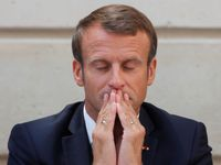 """Macron není """"zelený"""", stěžují si lidé a sundávají jeho portréty. Hrozí jim pokuty"""