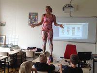 Učitelka se během hodiny biologie svlékla. Žákům vysvětlovala anatomii