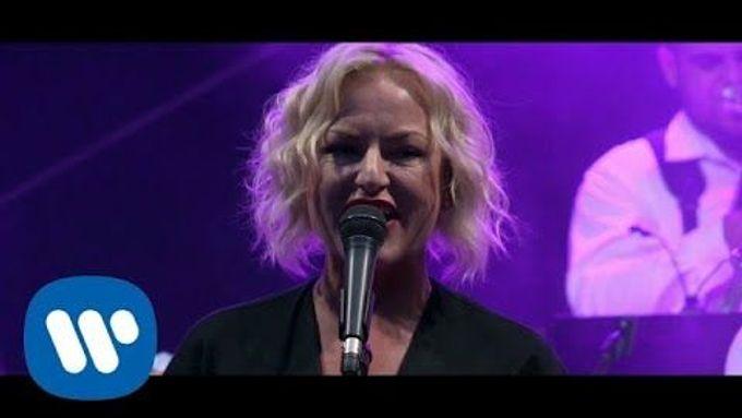 Videoklip k písni Mamko nedávej mě se ohlíží za turné Čechomoru.