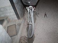 Cyklista narazil do dveří auta, spadl na koleje a zemřel. Policie hledá svědky nehody v Brně