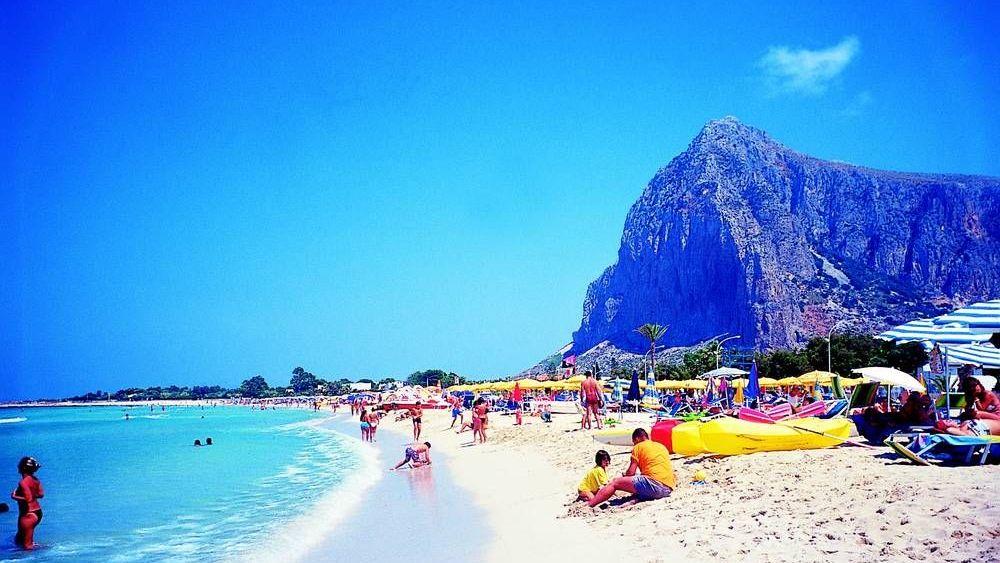 e7794a36230 Netoužíte celou dovolenou monotónně proležet na jedné pláži  Čedok nabízí  italské ostrovy s mořem i léčivými prameny.