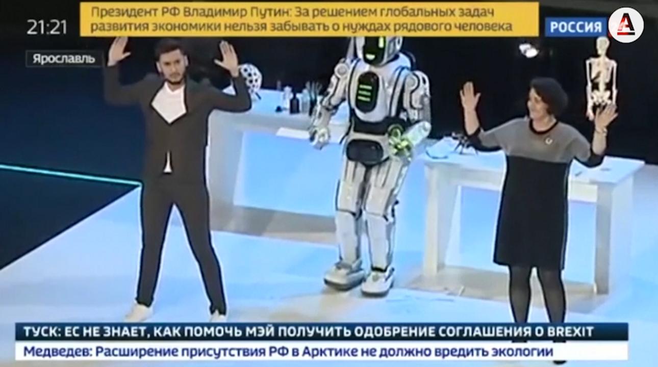 Rusové se chlubili robotem budoucnosti. Šlo o podvod, byl to jen muž v kostýmu