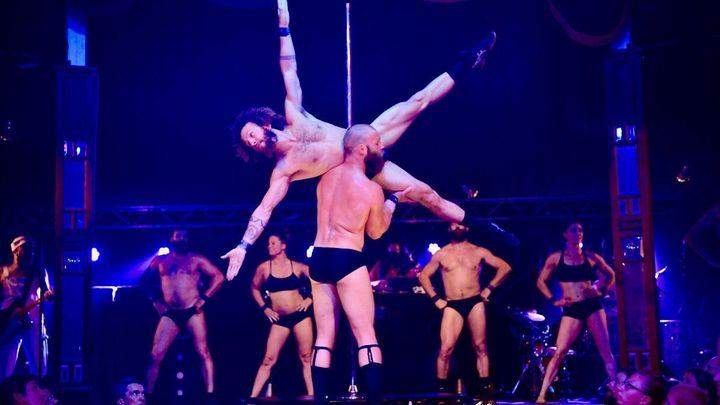 Recenze: Cirque Alfons nabízí na Letní Letné trochu erotiky i akrobacii v ďábelském tempu