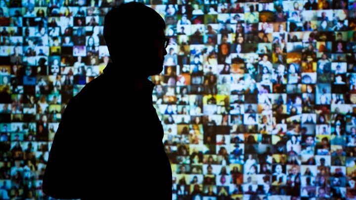 Přemýšlejte, než něco zveřejníte na internetu, nabádá multimediální výstava v pražské galerii DOX