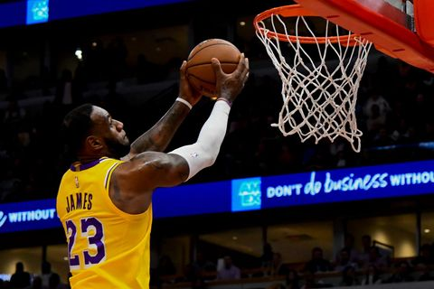 James dovedl v NBA Lakers 36 body k výhře nad Chicagem